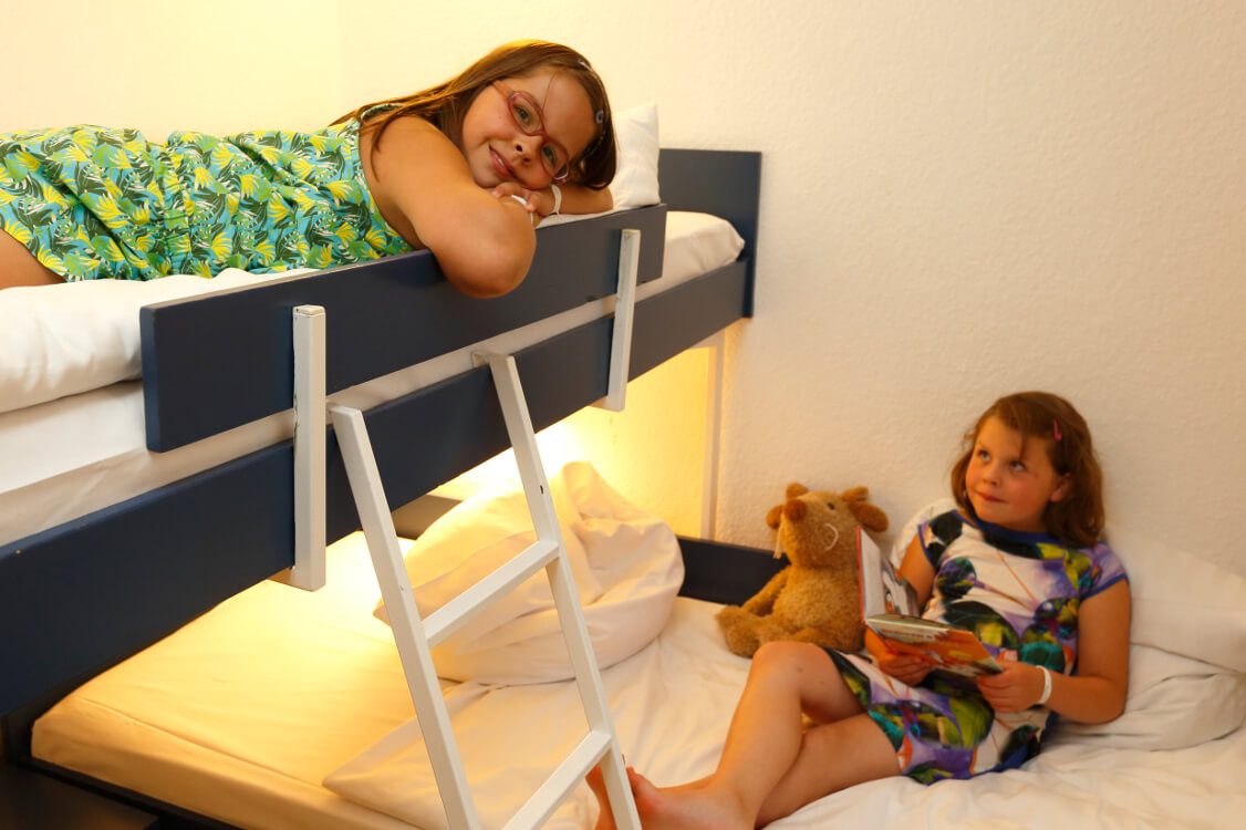 https://www.panoramic-hotel.de/wp-content/uploads/2016/11/Kinderschlafzimmer_Standard-Apartment-Typ-B_1126x750.jpg