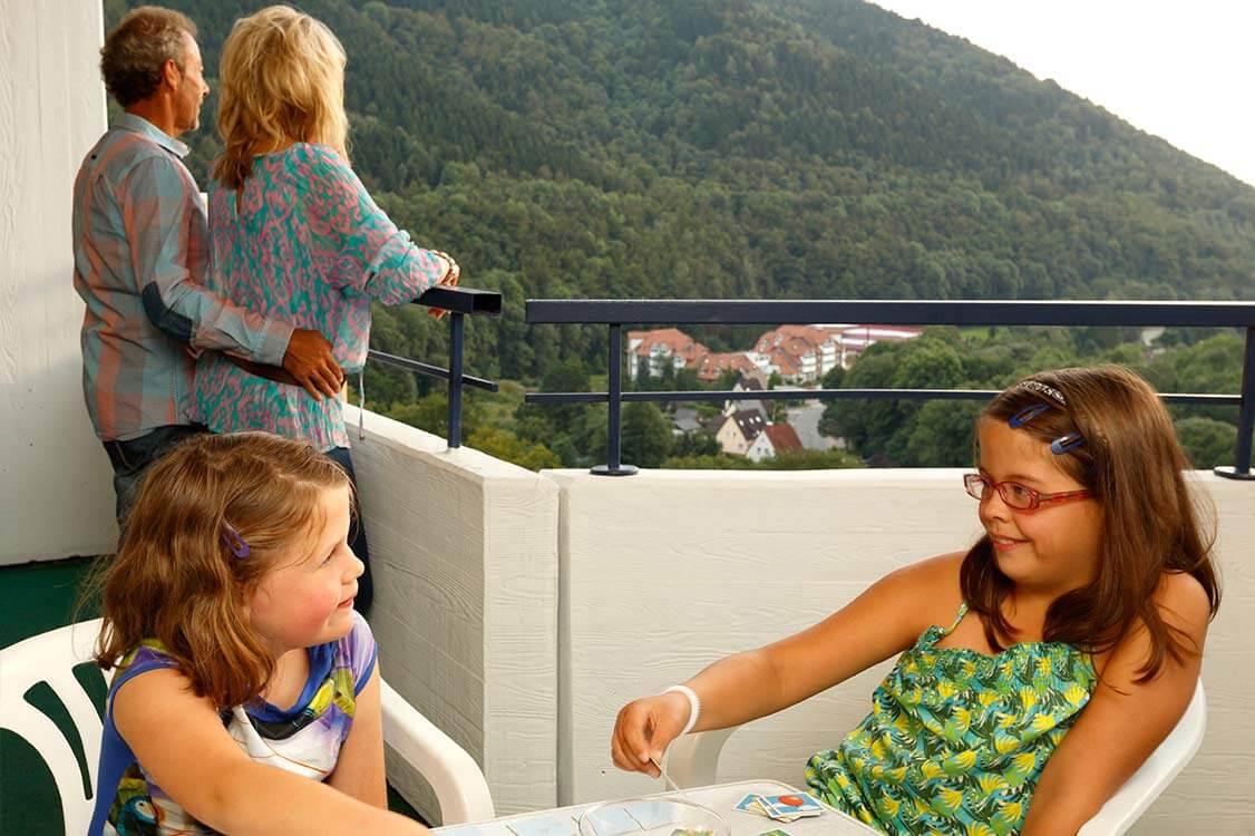 https://www.panoramic-hotel.de/wp-content/uploads/2016/12/familie-balkon-aussicht-harz-2_1126x750.jpg