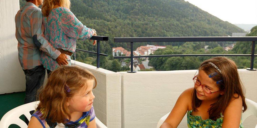 http://www.panoramic-hotel.de/wp-content/uploads/2016/12/familie-balkon-aussicht-harz_1126x750-1080x540.jpg