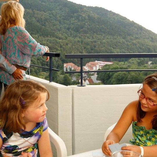 Aussicht vom großzügigen Apartment-Balkon in den Harz
